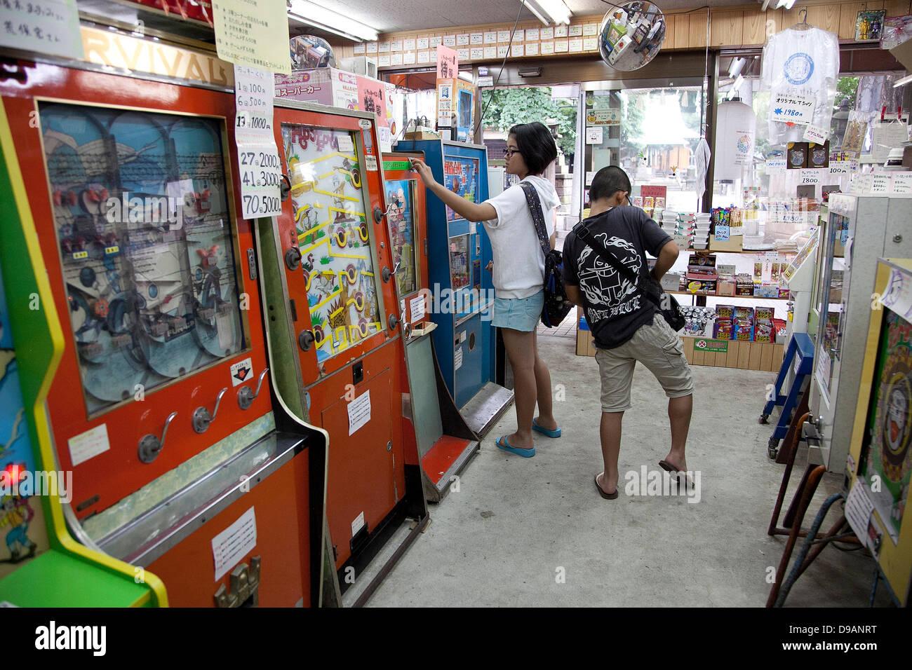 Tokio Japon Un Nino Juega Con Retro Maquinas De Juego En La
