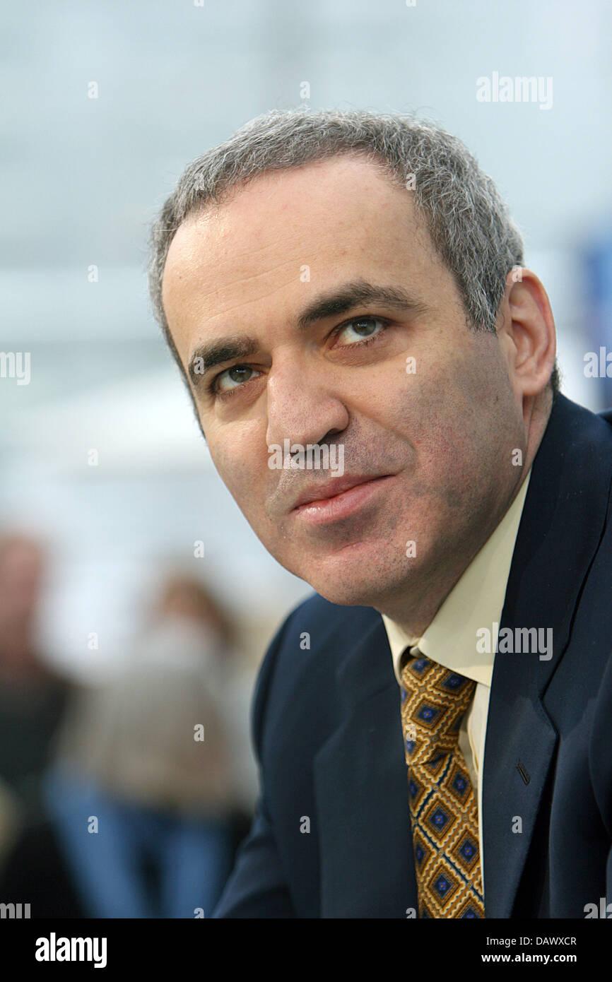 Turcos      - Página 2 El-gran-maestro-internacional-de-ajedrez-rusos-garri-kasparov-esta-representado-en-la-feria-del-libro-de-leipzig-alemania-el-22-de-marzo-de-2007-foto-erwin-elsner-dawxcr