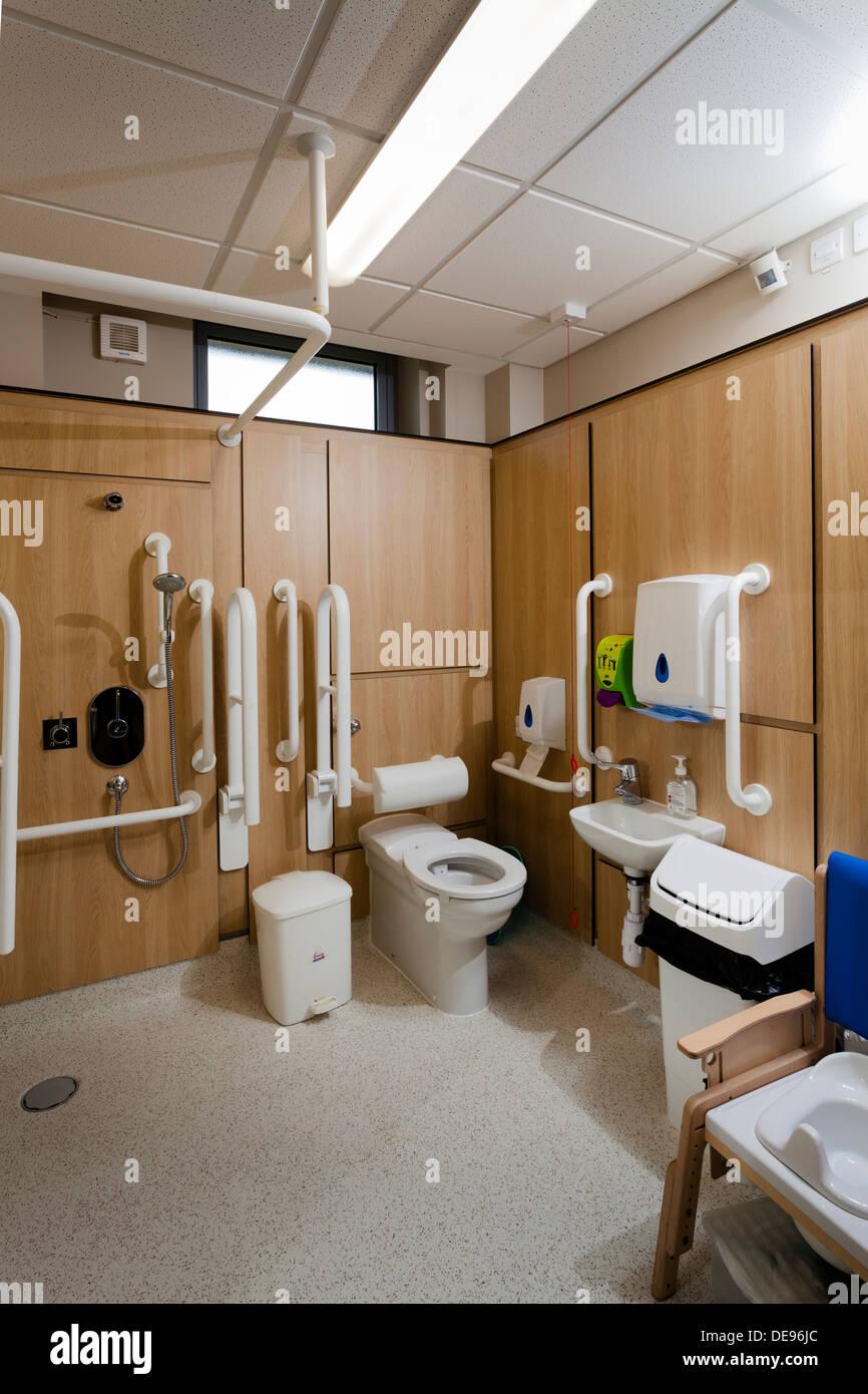 Escuela de Discapacitados aseo y cuarto de baño con ducha Foto ...