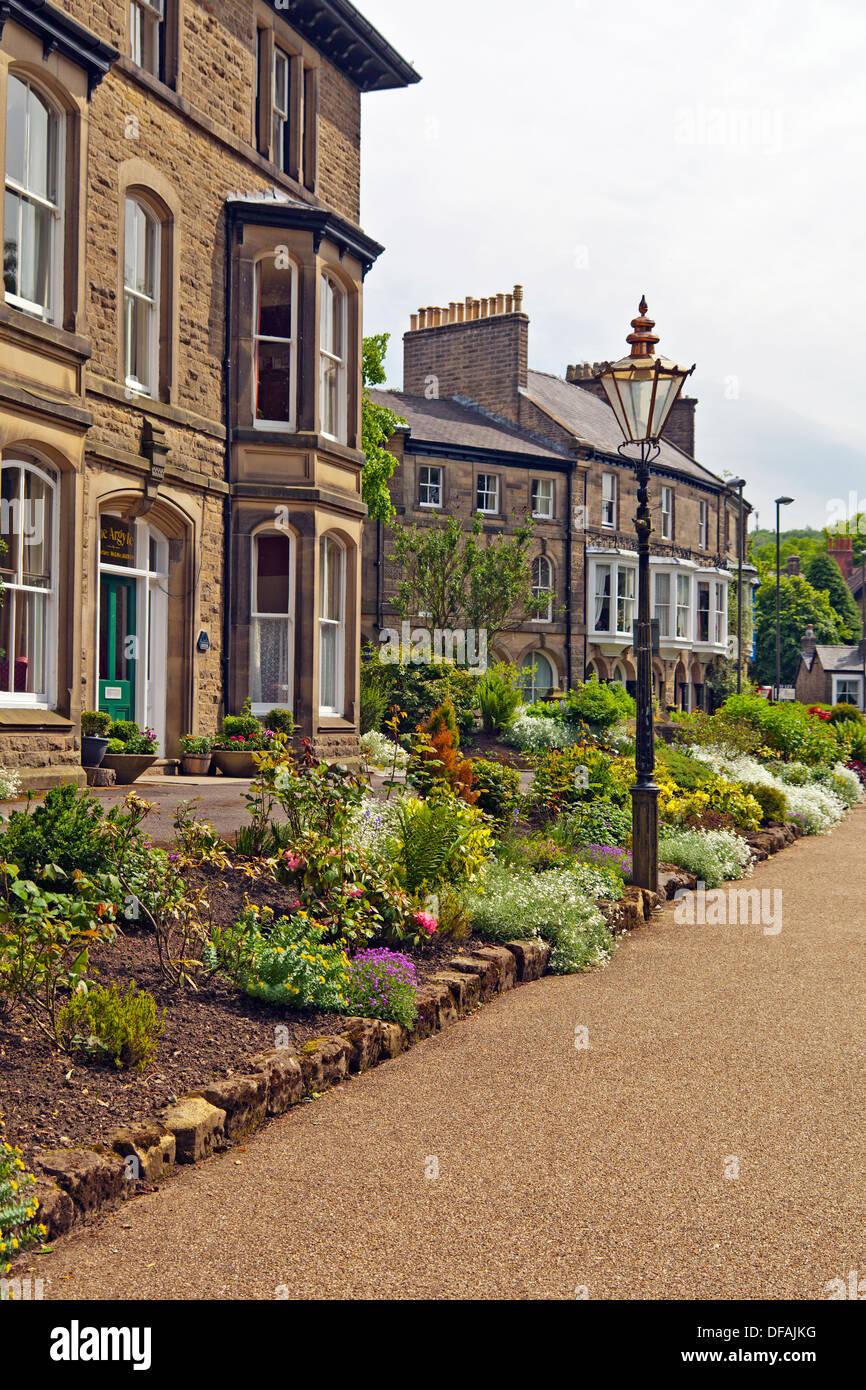 Casas de huéspedes de estilo Victoriano en un amplio paseo en el ...