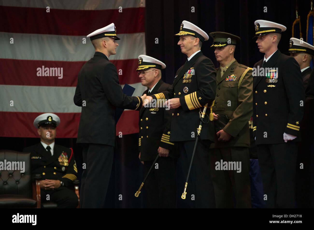 jefe de operaciones navales cno adm jonathan greenert presenta