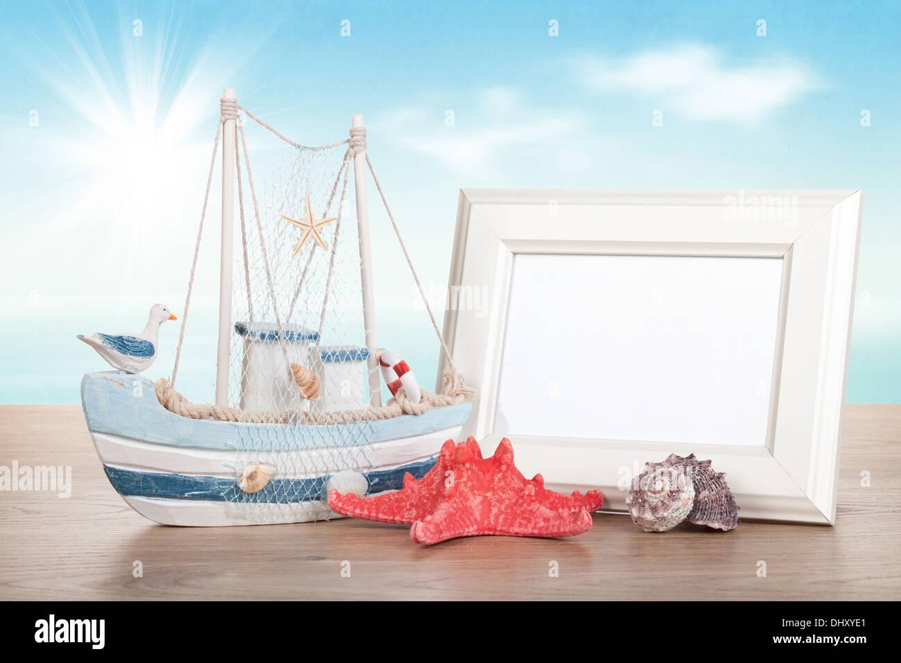 Marco de foto, estrellas de mar, conchas y decoración barco sobre ...
