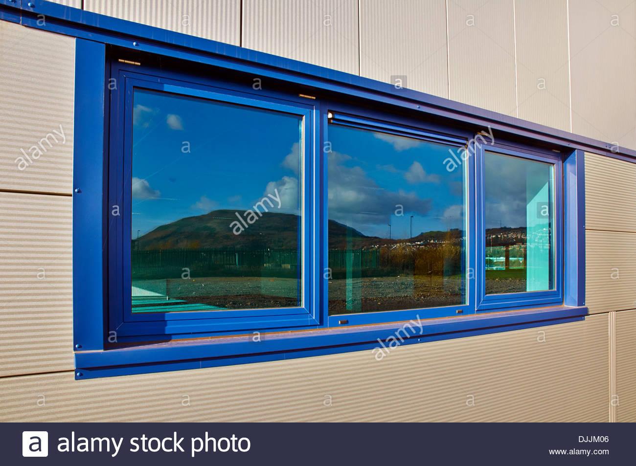 Reflexiones en azul, ventanas de doble acristalamiento con paneles ...