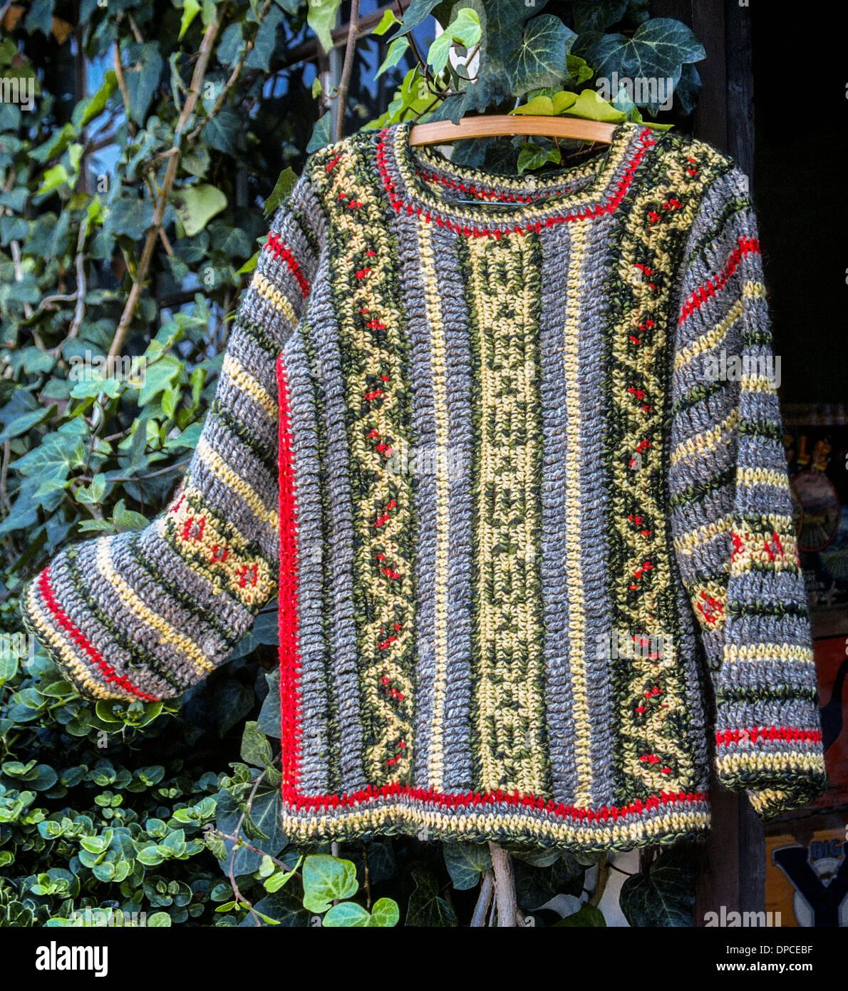 Un suéter de manga larga artesanal que fue en varios patrones de ...