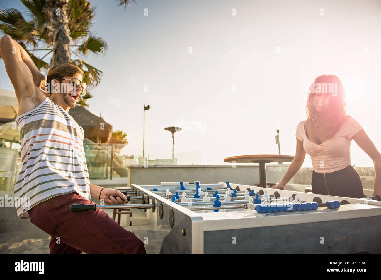 Pareja Joven Jugando Futbol En La Playa De San Diego Foto Imagen
