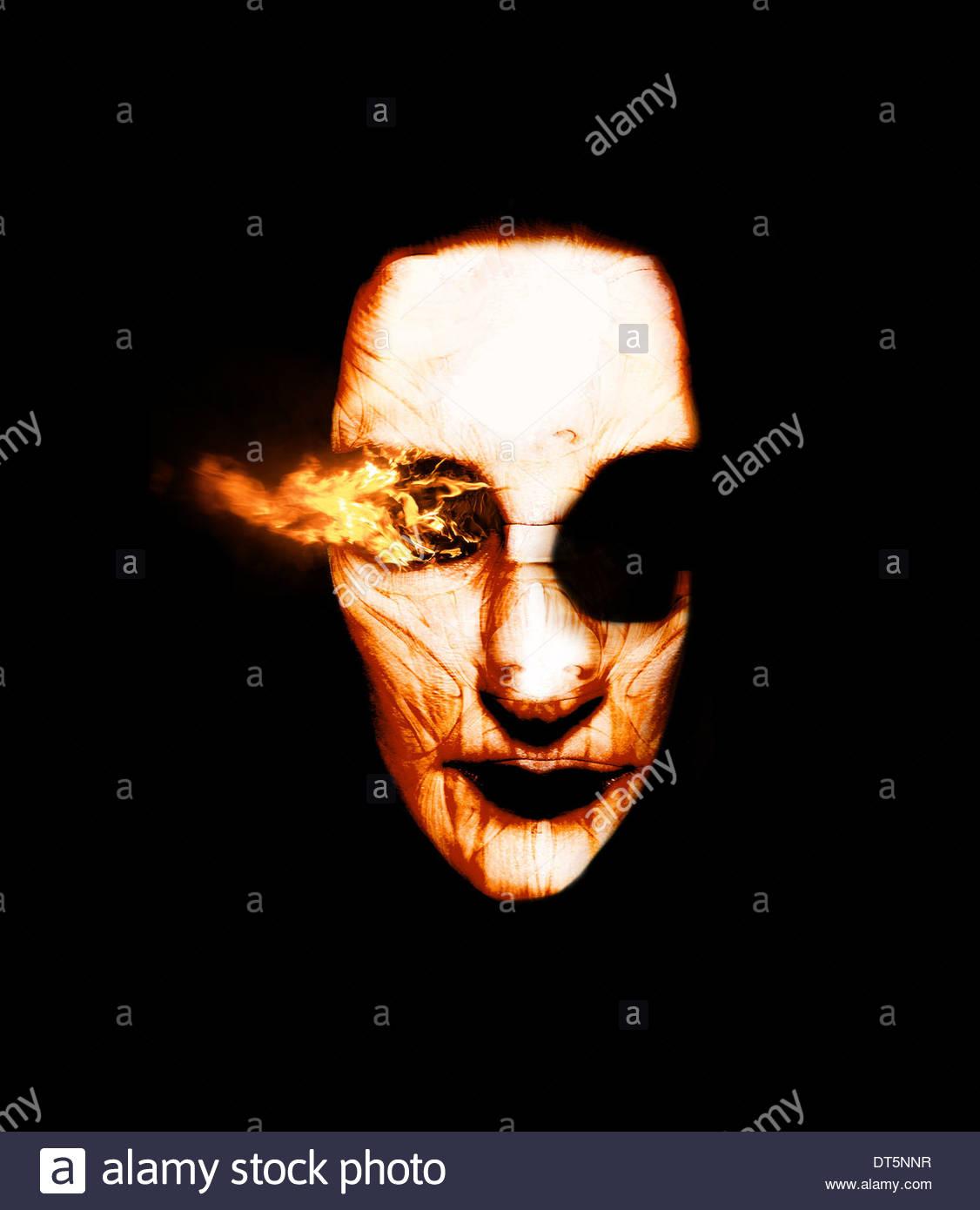 Visiones de fuego quemar desde El Ojo de un Scorched hechiceros cabeza en una aterradora ardiente aparición Imagen De Stock