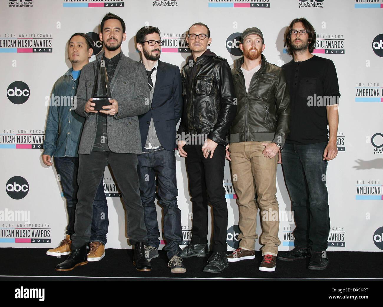 ¿Cuánto mide Chester Bennington? - Altura - Real height Los-musicos-joe-hahn-mike-shinoda-brad-delson-chester-bennington-dave-farrell-y-rob-bourdon-de-linkin-park-el-40-aniversario-american-music-awards-2012-celebrada-en-el-teatro-nokia-la-live-la-sala-de-prensa-de-los-angeles-california-181112-con-musicos-joe-hahn-mike-shinoda-brad-delsonchester-benningtondave-farrelly-rob-bourdon-de-linkin-park-donde-los-angeles-california-estados-unidos-cuando-18-nov-2012-dx9krt