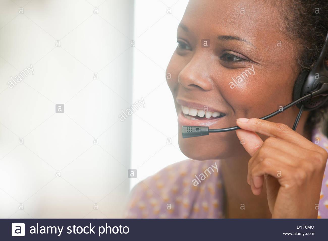 Cerca de feliz empresaria mediante auriculares Imagen De Stock