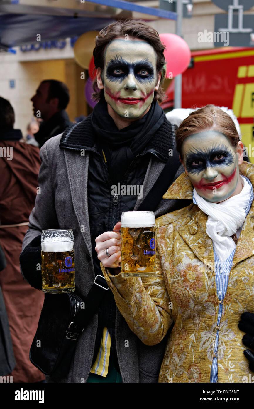 El Hombre Y La Mujer Zombie Maquillaje Con Jarras De Cerveza - Maquillaje-zombie-hombre