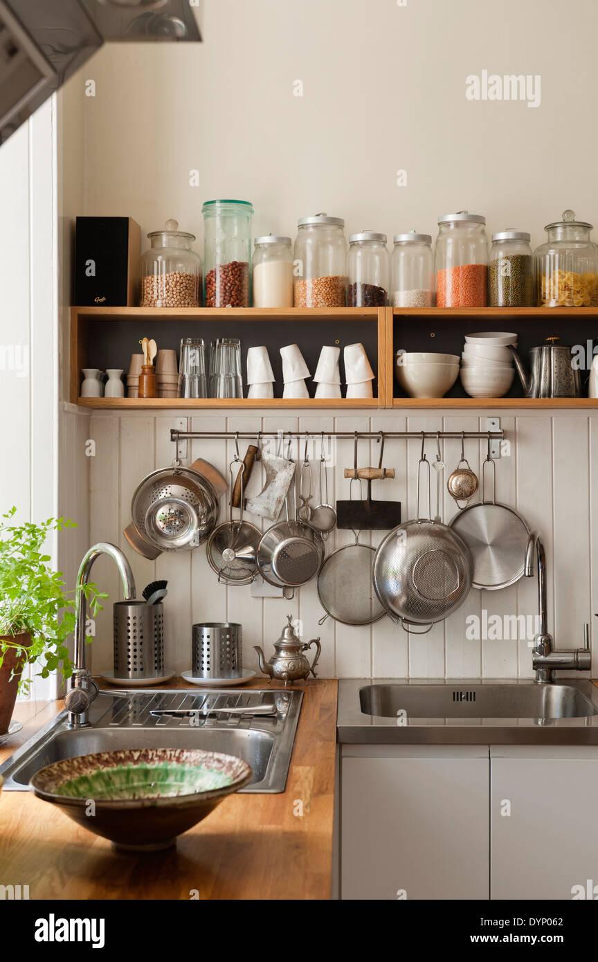 Los ingredientes secos en una estantería abierta y utensilios que ...