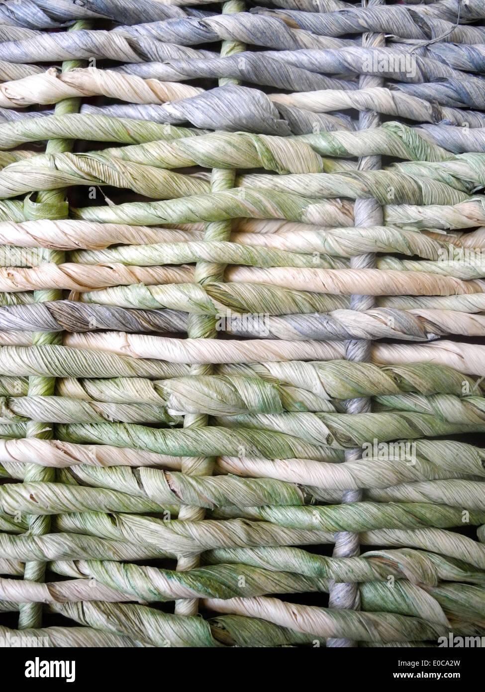 Una cesta tejer el colorido patrón de tejido de la cesta forma un ...