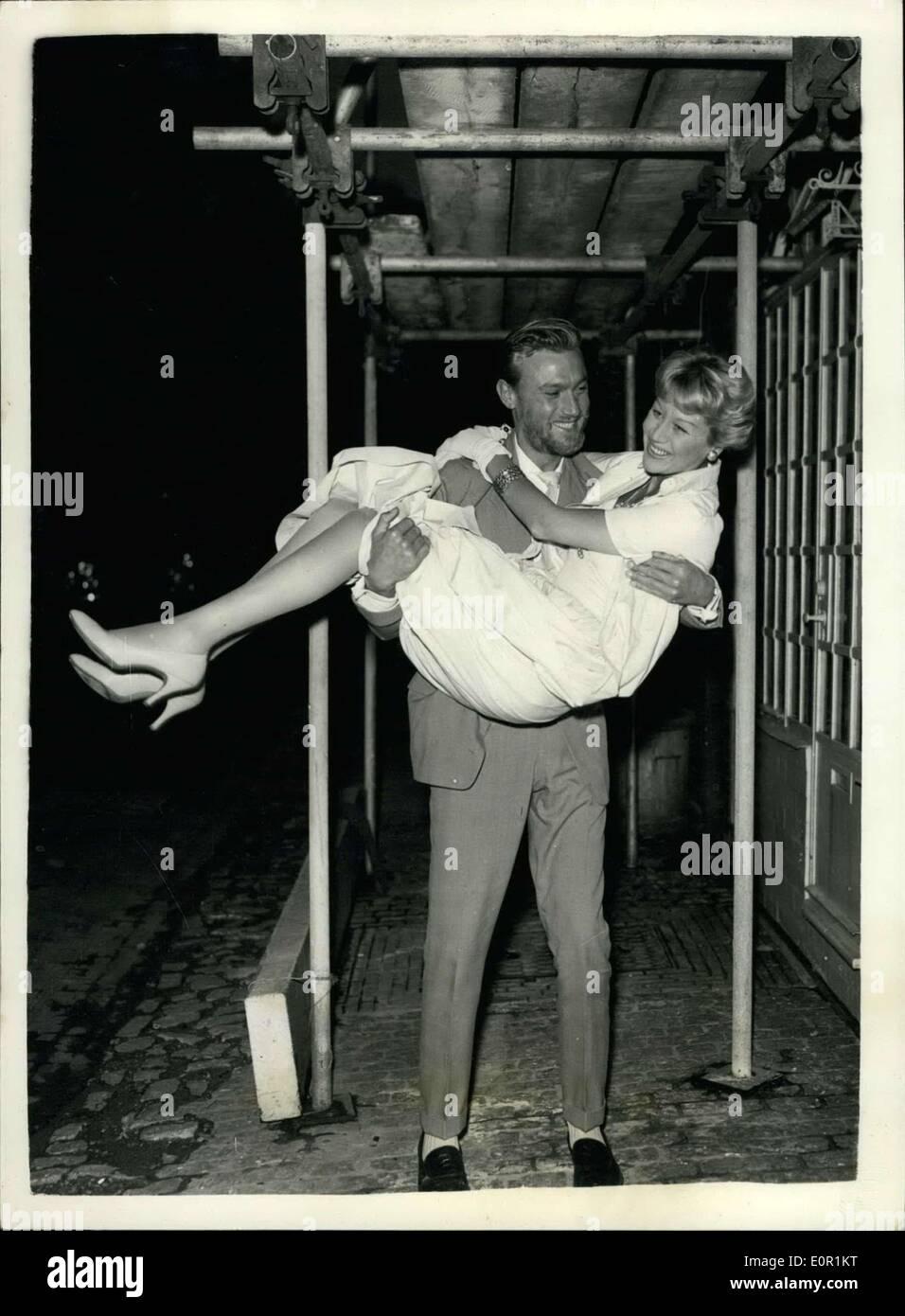 El 31 de agosto, 1957 - Laurence Harvey llega a casa con su esposa ...