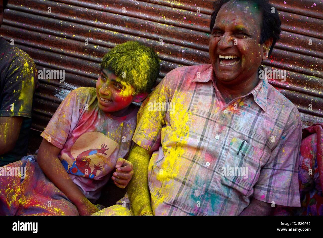 La India Estado de Uttar Pradesh Barsana gente echa polvo coloreado ...