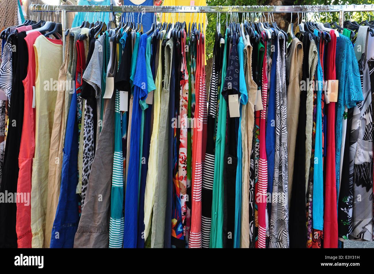 34ef37418e1 Ropa para la venta en el mercado de la calle. La moda femenina Foto ...