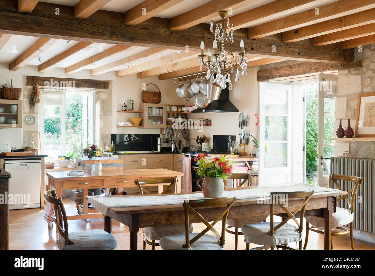 Cocina en estilo rústico francés con mesa de comedor de madera ...