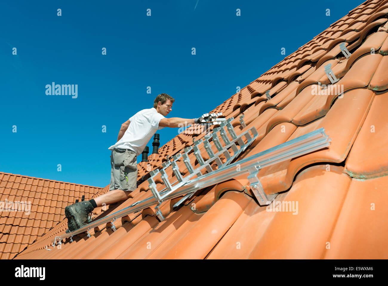 Instalación trabajador marco para los paneles solares en el nuevo ...