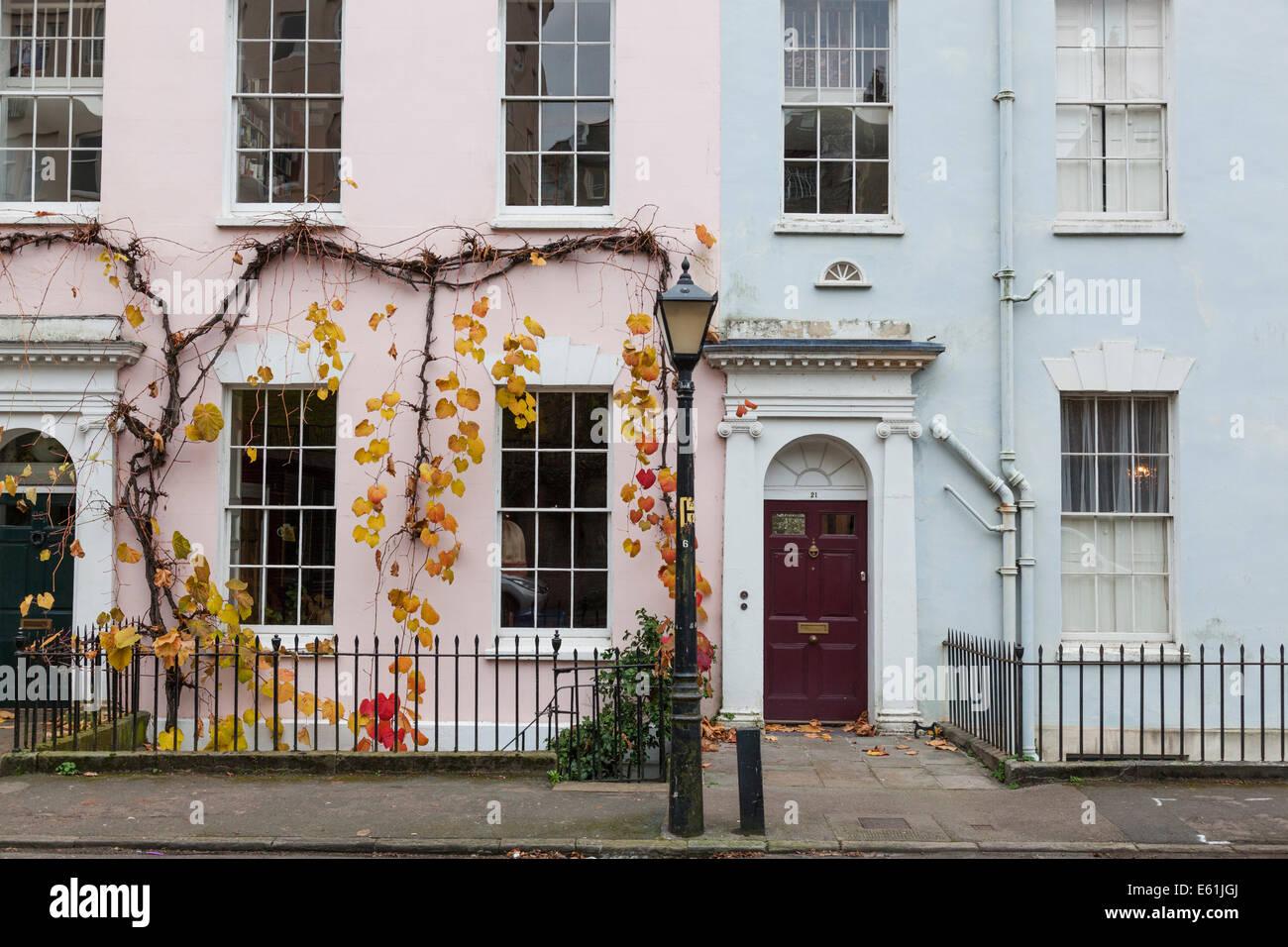 Tono Terraza : Como parte de una terraza de casas de color pastel con los colores