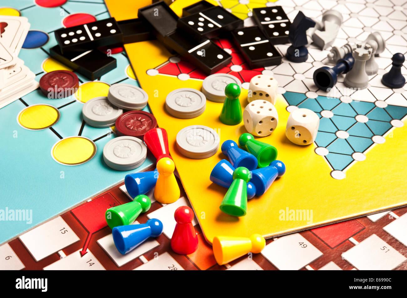 Varios Juegos De Mesa Foto Imagen De Stock 72734044 Alamy