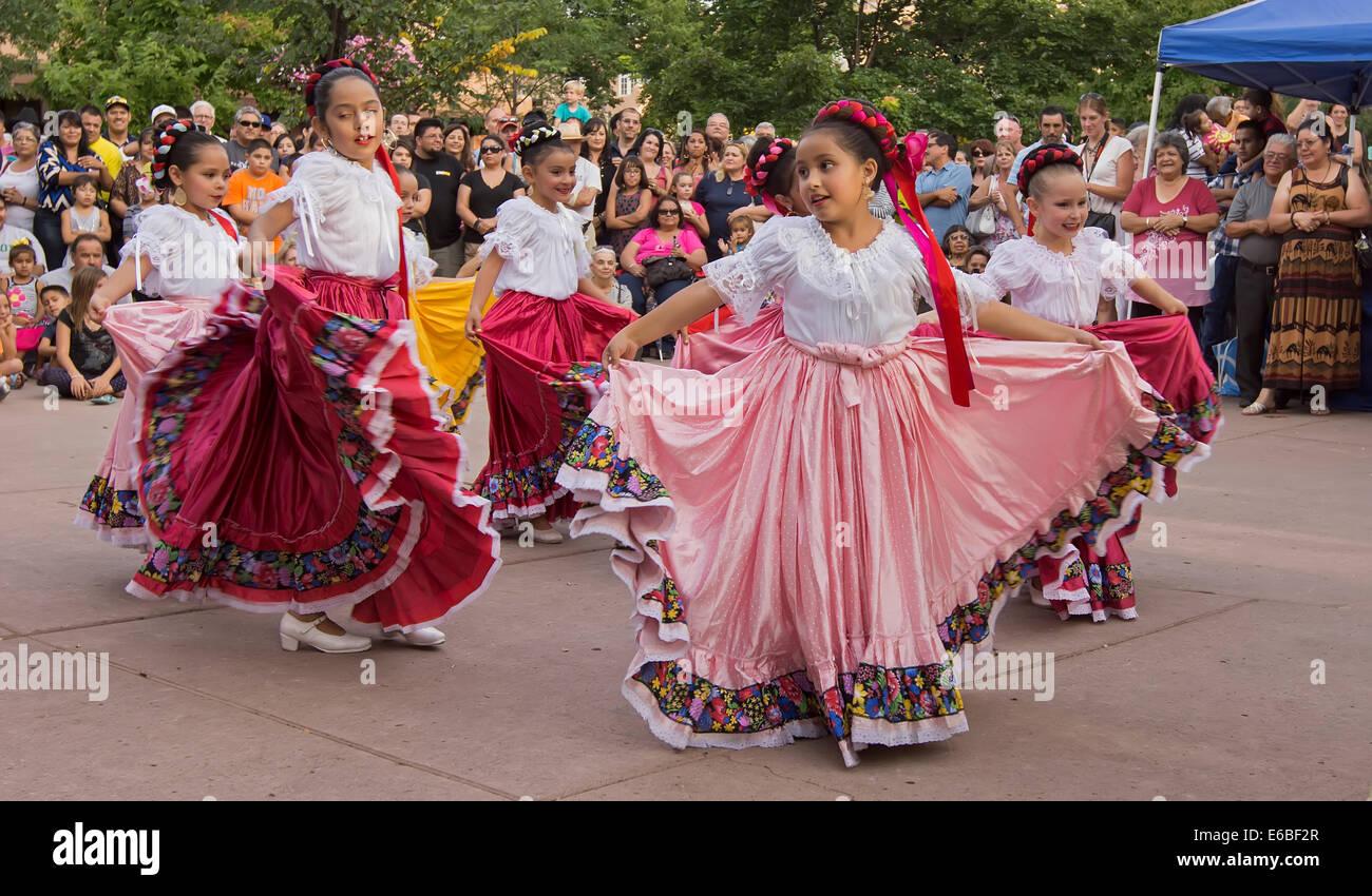 Grupo de danzas folclóricas hispanas realizando en Santa Fe 5b1ddbb8d4d