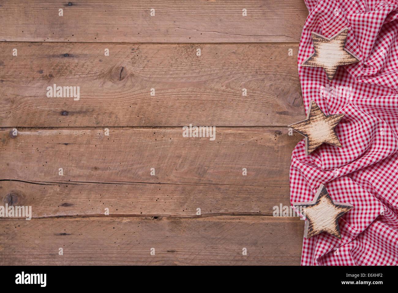 Fondo de madera con estrellas y un marco rojo a cuadros para Navidad ...