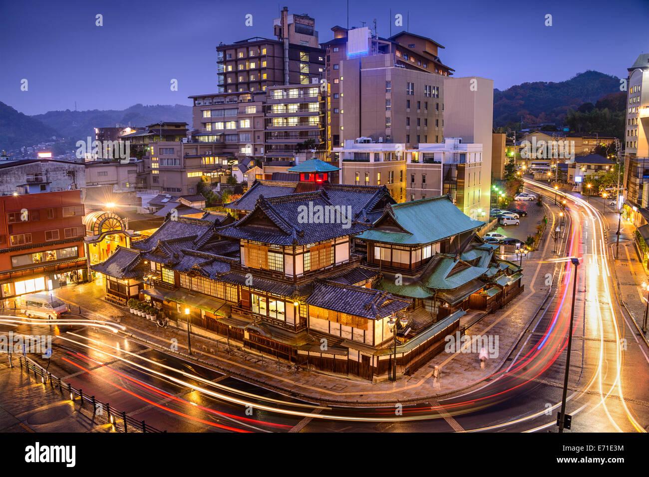 Matsuyama, Japón downtown skyline en Dogo Onsen casa de baños. Imagen De Stock
