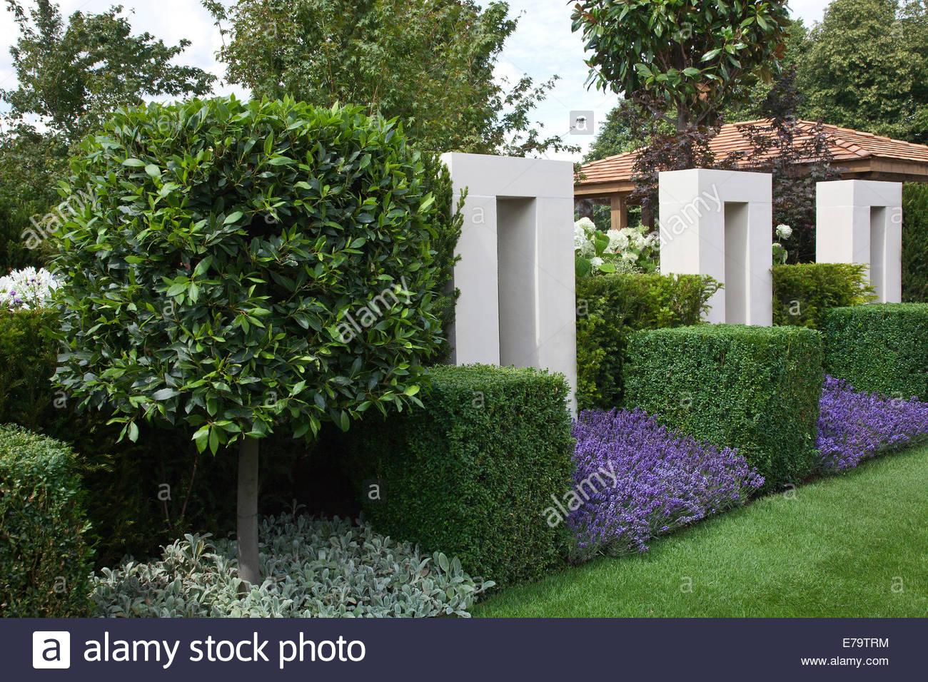 Jardin Contemporaneo Formal Con Arcos De Piedra Blanca Y Bahia Con - Arcos-de-jardin