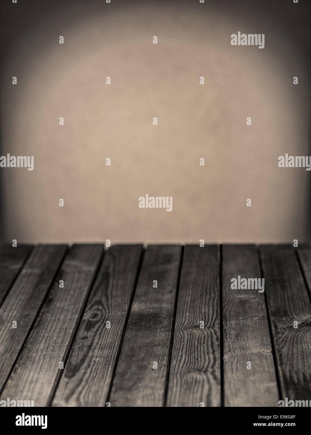 Mesa de cocina de madera rústica vacía contra una pared gris neutro ...