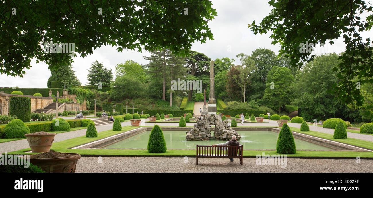 Inmenso Jardin Formal Con Un Gran Estanque Rectangular Rodeada De - Estanque-rectangular