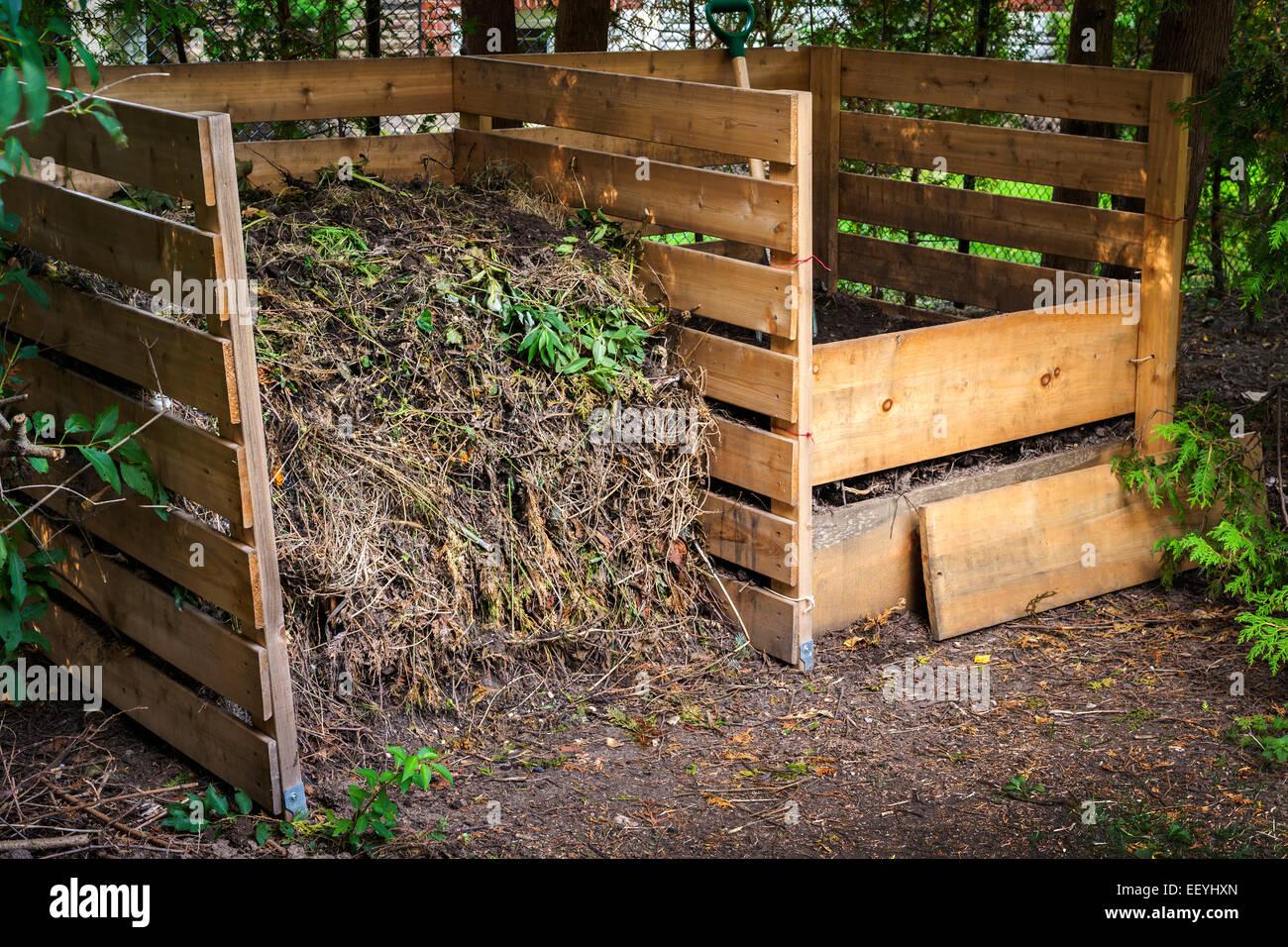 Abono de madera con cajas de suelo y residuos compostados patio ...