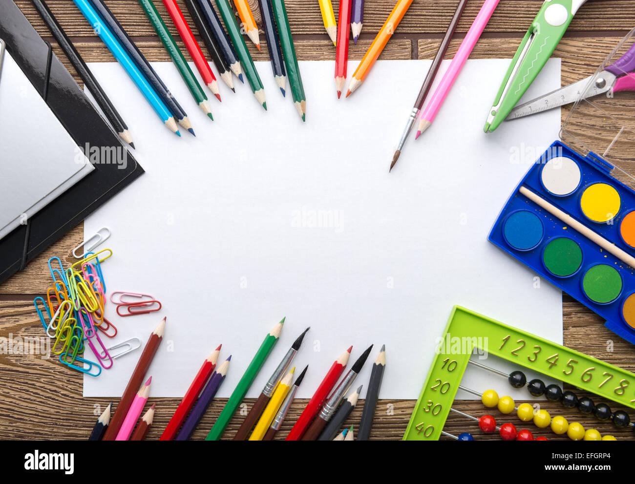 Papelería escolar bastidor sobre fondo de madera: papel, lápiz ...