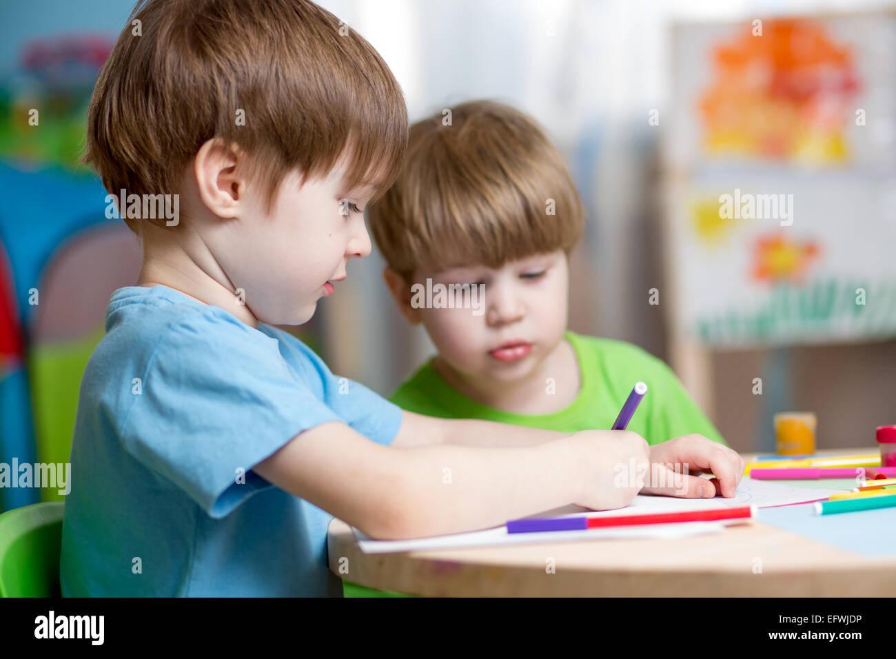 Niños pintando en vivero en casa Foto & Imagen De Stock: 78624610 ...