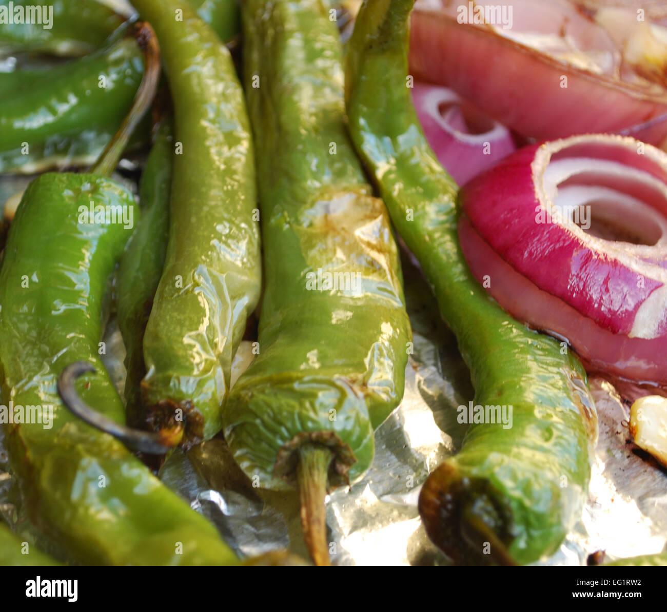 Cocinar Pimientos Verdes   Cocinar La Cebolla Y Los Pimientos Verdes Foto Imagen De Stock