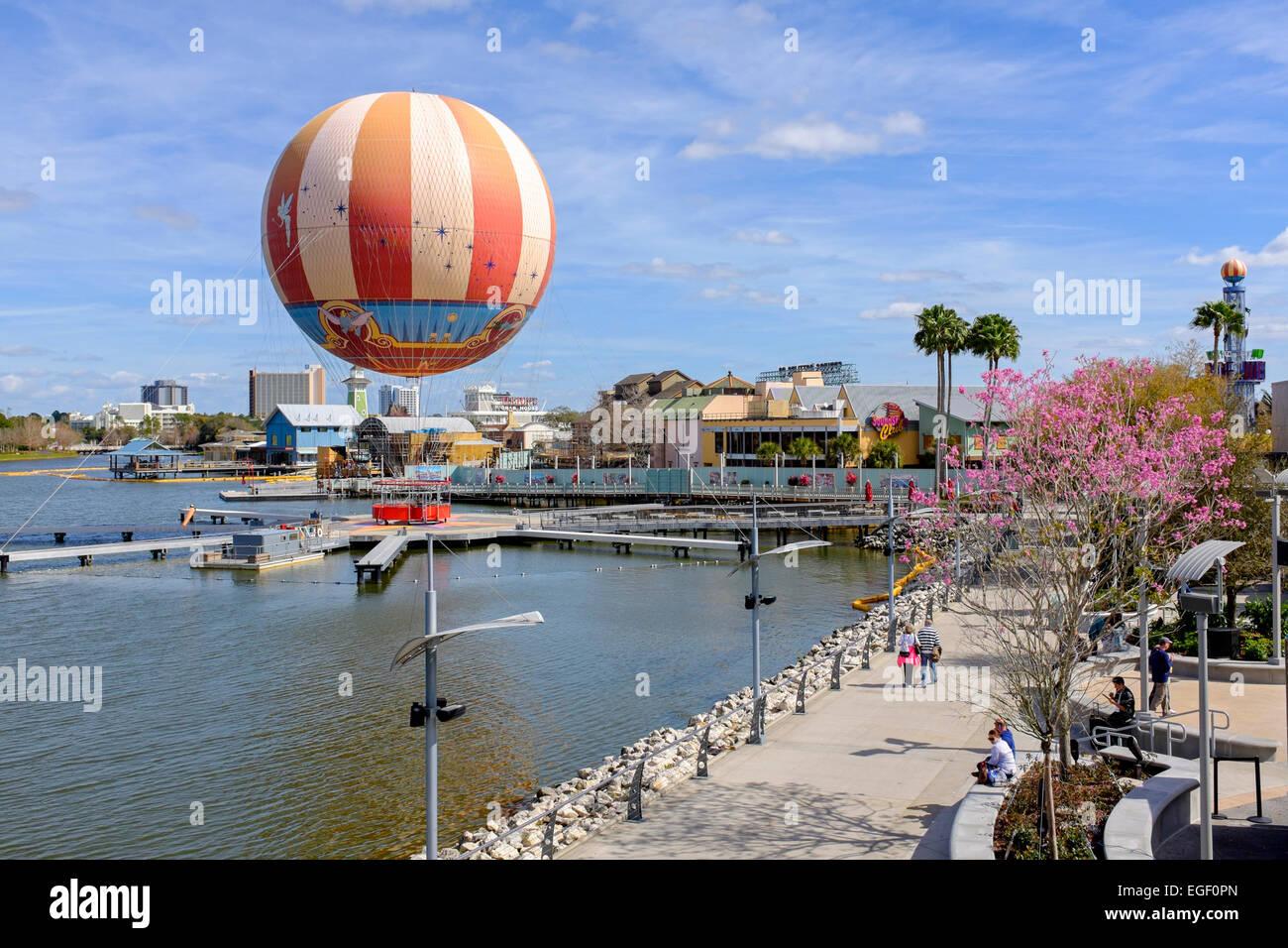 antena de coloridos globos y palmeras en downtown disney orlando