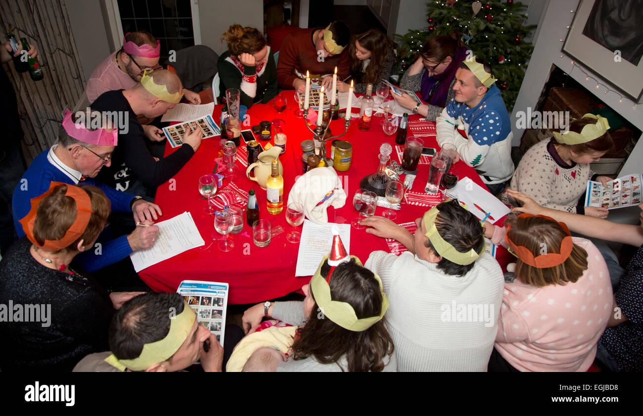 Familia Sentados A La Mesa Jugando Un Juego En Navidad Foto Imagen