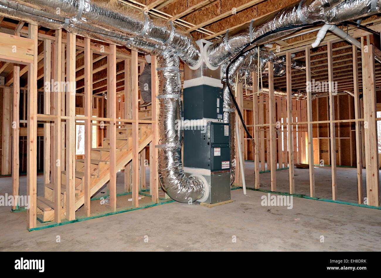El nuevo marco sótano de una casa. La calefacción central y el aire ...