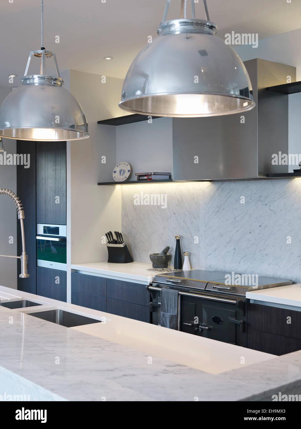 Lámparas colgantes arriba isla unidad en cocina moderna, casa ...