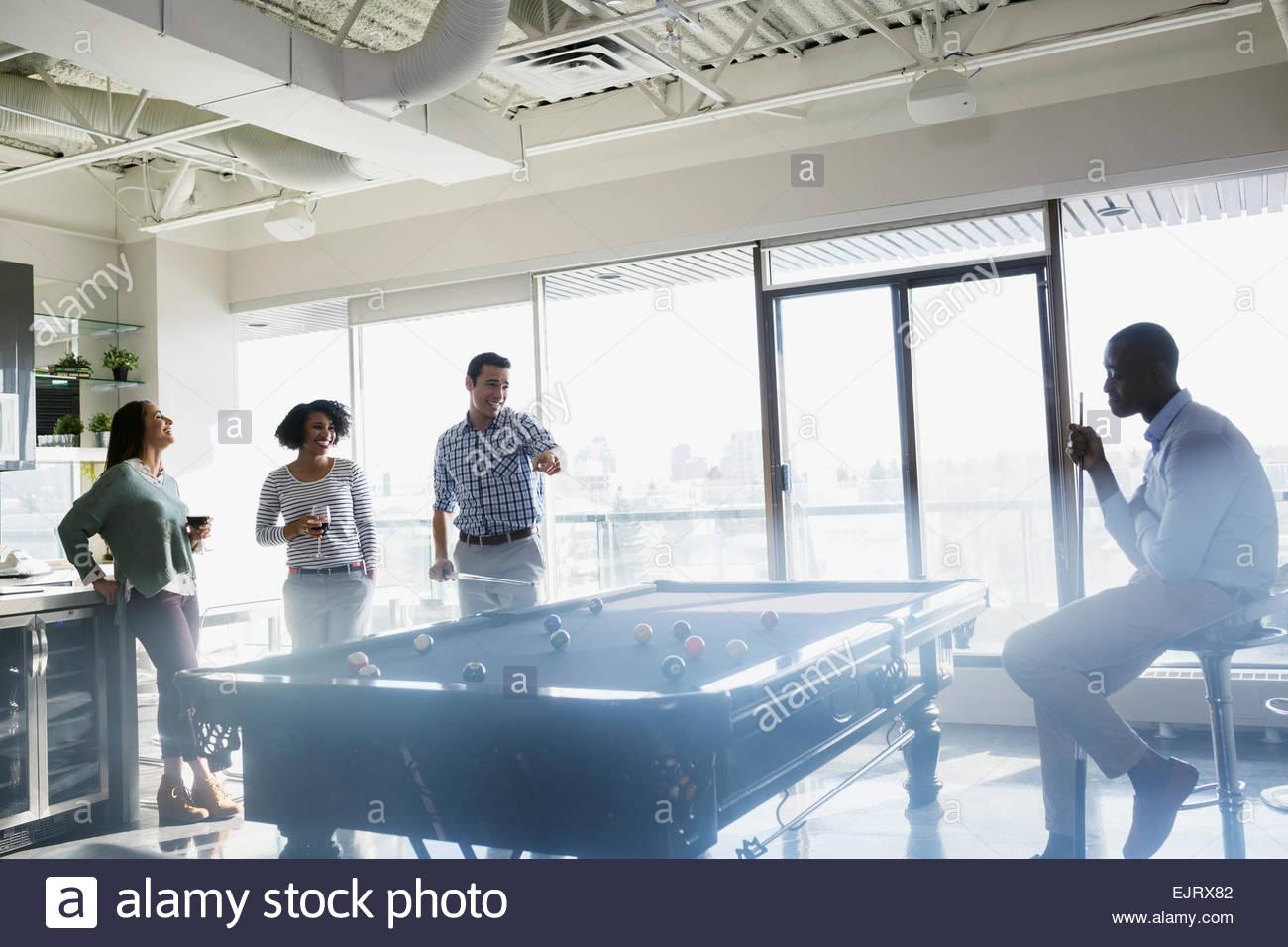 Las Parejas Jugando Pool En Loft Foto Imagen De Stock 80430786
