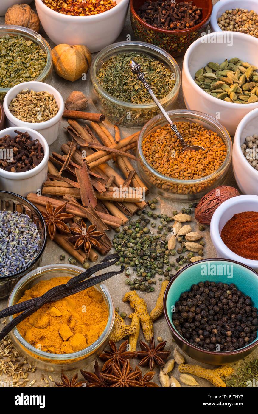 Una selección de hierbas secas y especias. Uso en la cocina para ...