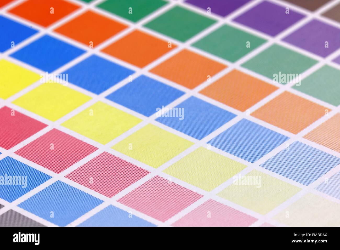 Close-up de una prueba de impresión CMYK con muchos cuadrados de ...