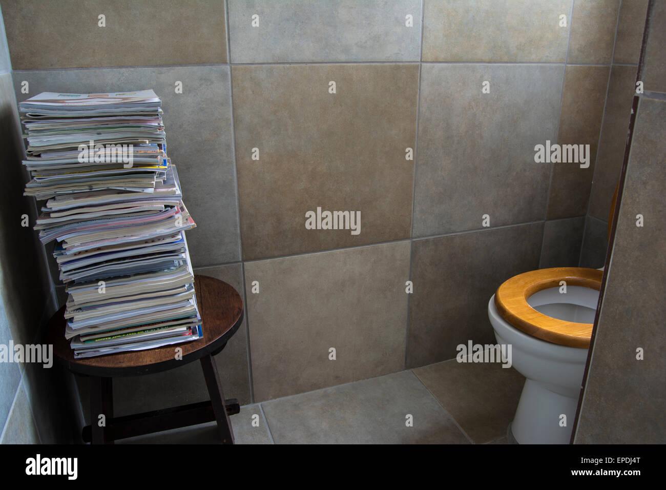Una pila de revistas cerca del inodoro en el cuarto de baño Foto ...