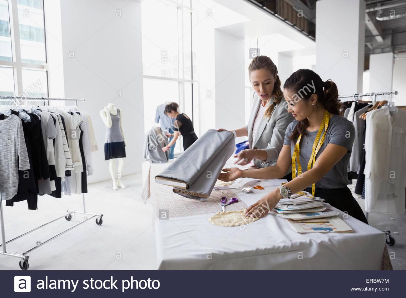 Los diseñadores de moda trabajan con tejidos y patrones de costura ...