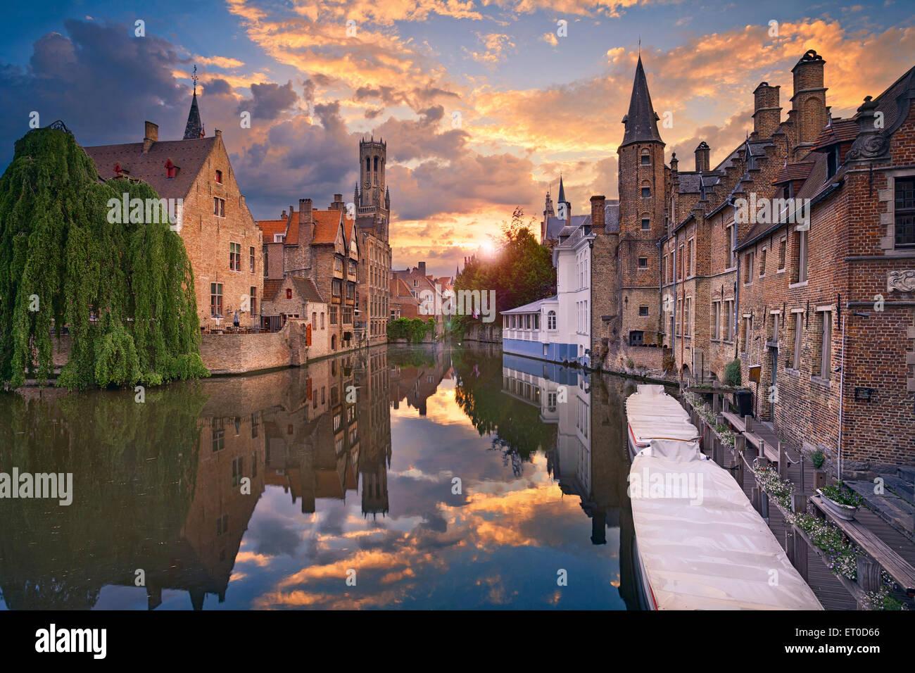 Brujas. Imagen del famoso lugar más fotografiado en Brujas, Bélgica, durante la espectacular puesta de sol. Foto de stock
