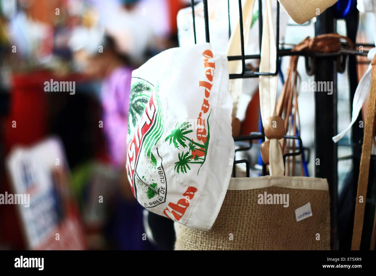Tienda de souvenirs con diversas mercadería incluyendo tapón de algodón con  impresiones de Varadero y palmera de coco y yute arpillera Tote B 60ebba4b234