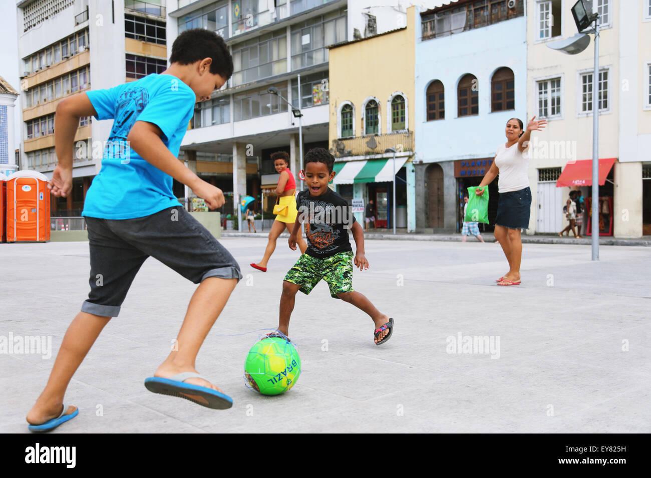 Ninos Jugando Al Futbol En La Calle Brasil Foto Imagen De Stock