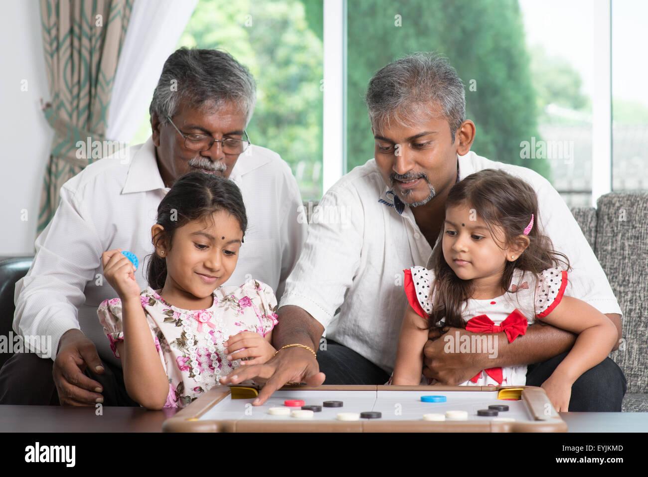Feliz De Multiples Generaciones De La Familia India Asia Jugando