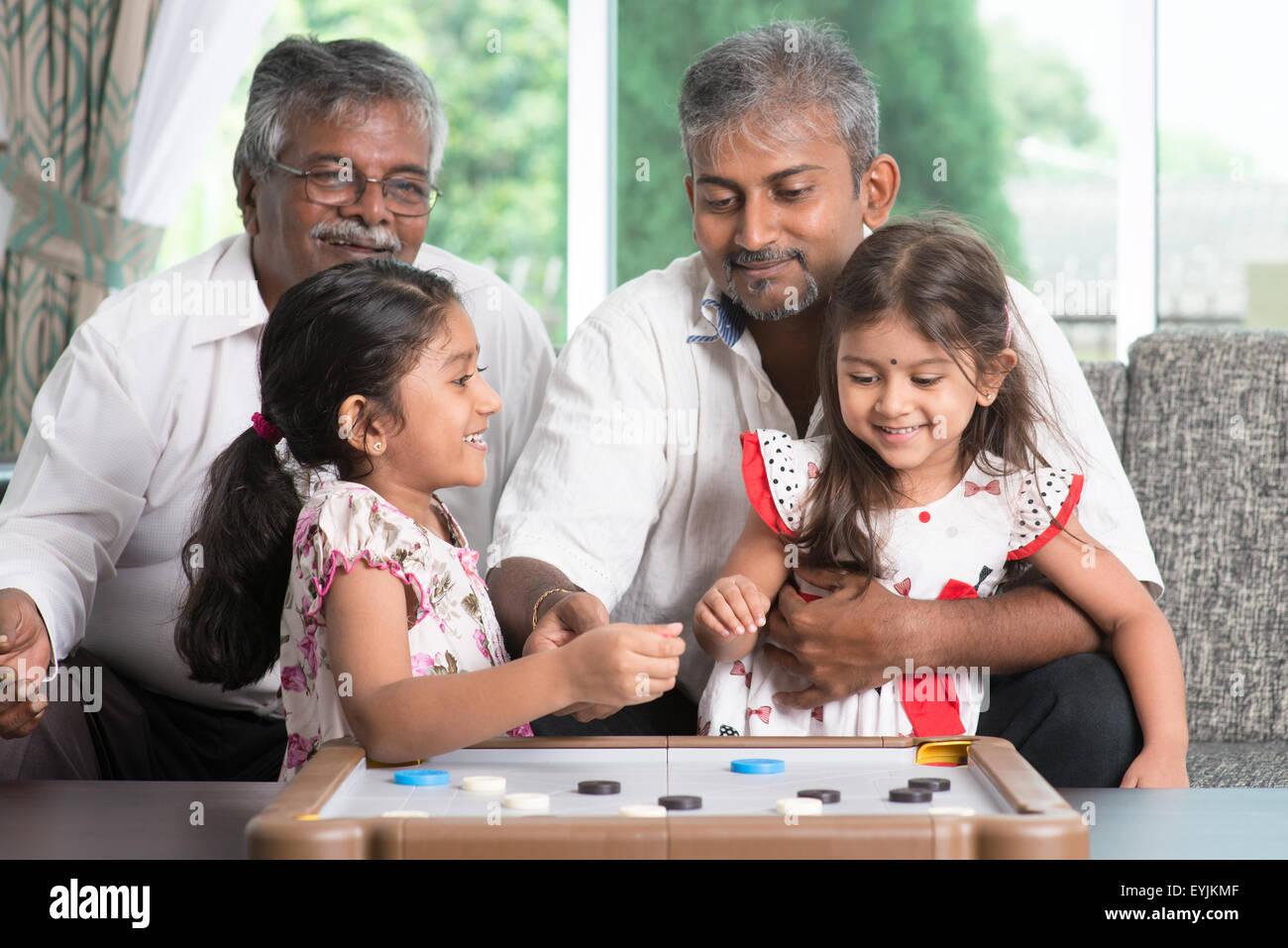 Feliz De Multiples Generaciones De La Familia India Asia Jugar Carom