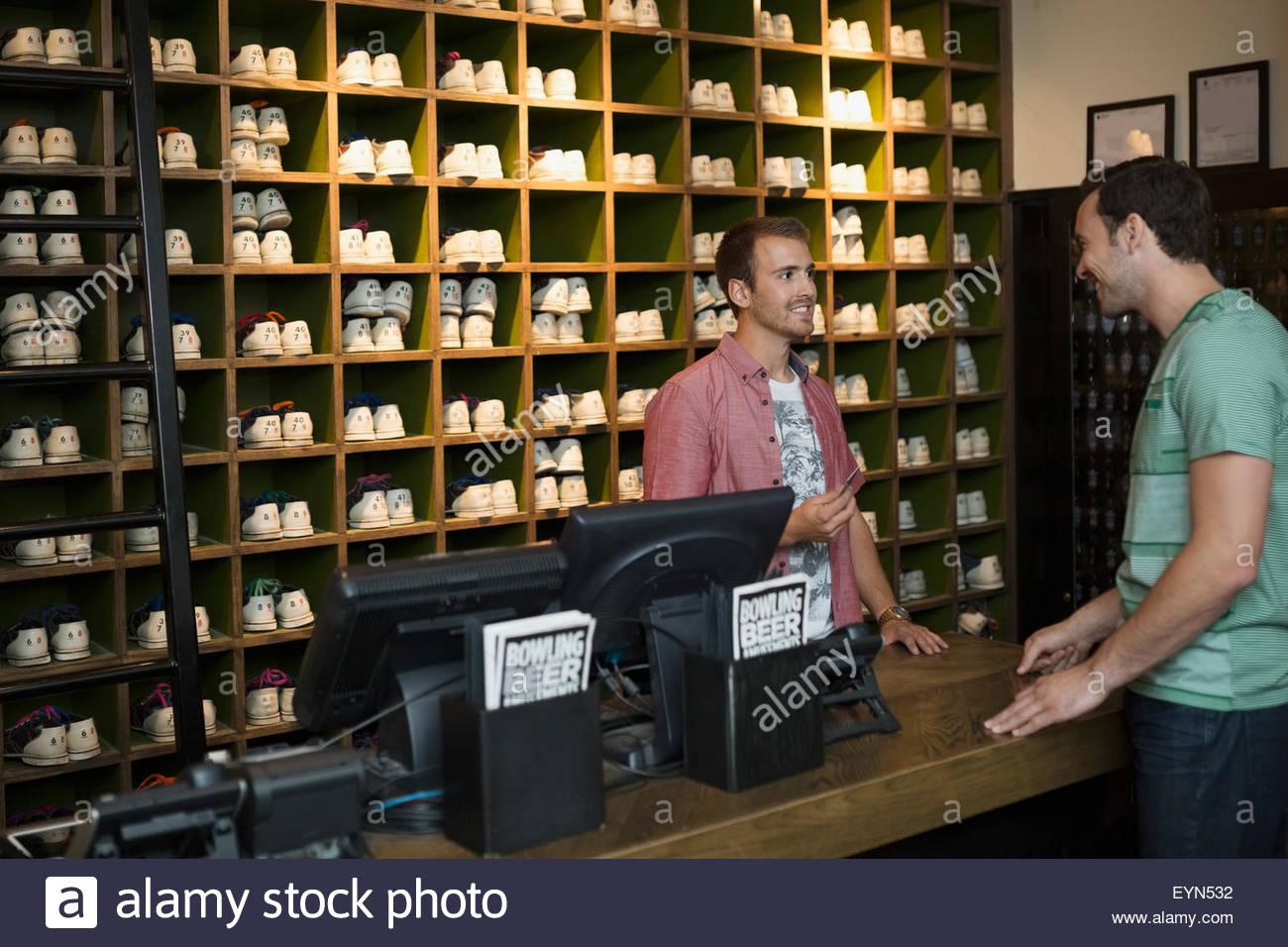 Imagen Bolera Hombre Alquiler De amp; Trabajador Bolos Del Zapatos Foto zwIIdq
