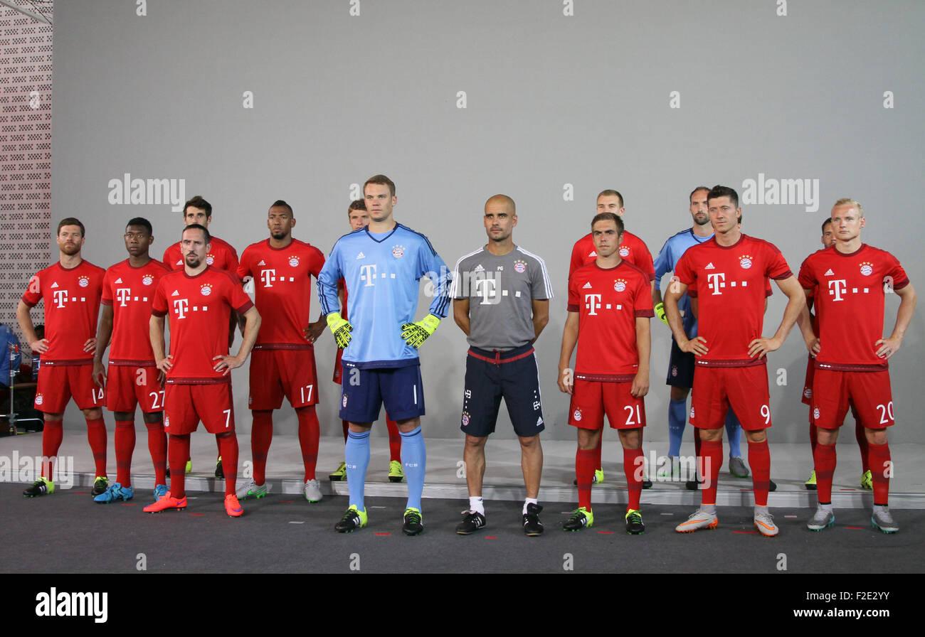 ¿Cuánto mide Manuel Neuer? - Real height Fc-bayern-munich-bundesliga-2015-2016-presentacion-del-equipo-incluye-xabi-alonso-david-alaba-franck-ribery-jerome-boateng-manuel-neuer-josep-guardiola-philipp-lahm-robert-lewandowski-sebastian-rode-donde-munich-alemania-cuando-16-jul-2015-f2e2yy