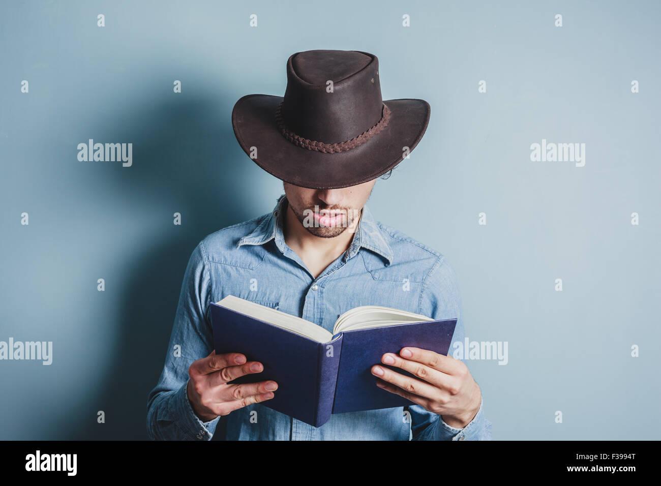 vaquero-joven-esta-leyendo-un-libro-f399