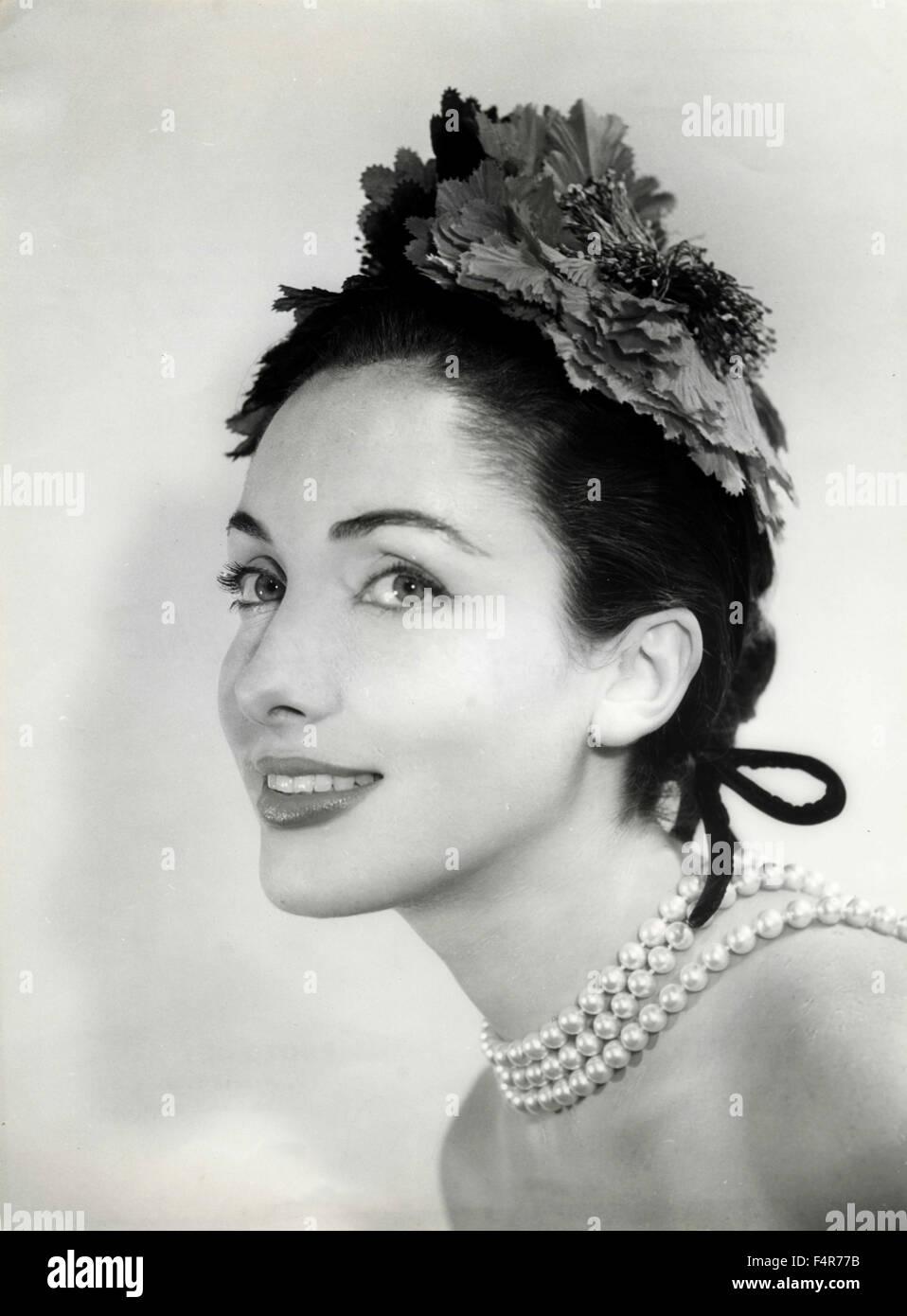 Un modelo presenta una Jane Blanchot en el sombrero de la alta ...